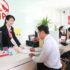 Nhân viên bảo hiểm AIA đang hỗ trợ khách hàng ký hợp đồng
