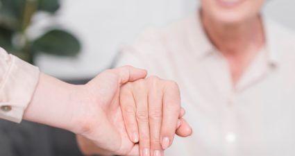 Có nên mua bảo hiểm cho người già?